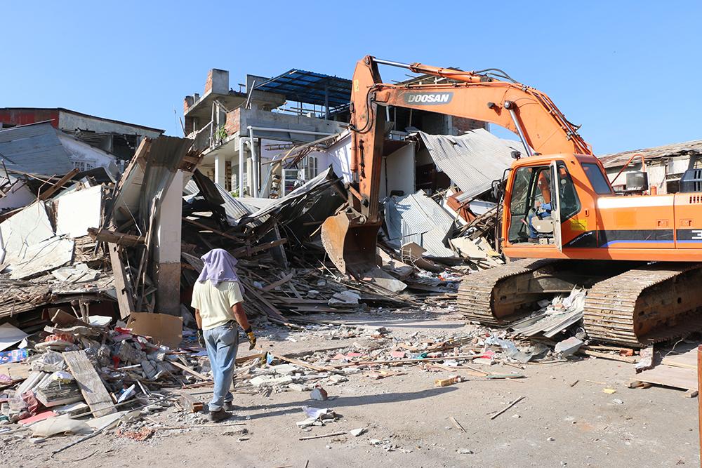Maquinaria del municipio retira escombros de la casa de la familia Ordóñez | Foto: M. Ayala