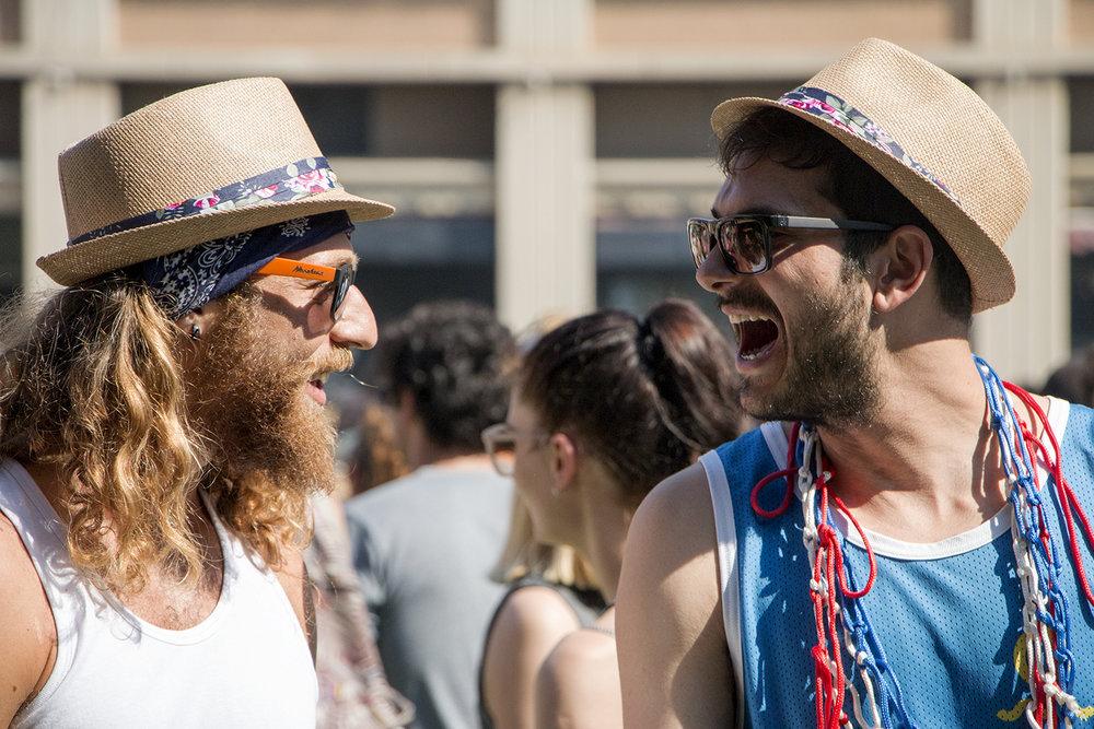 La moda y los accesorios tienen todo que ver con el festival. ¿El look del momento? Barbas pobladas y medias largas ochenteras para los hombres y maquillaje brillante para las mujeres.