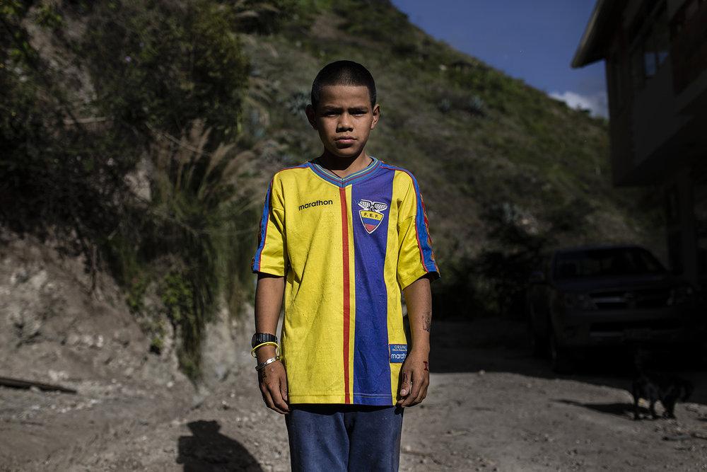 Jaime (9) vive en Loja. Sus amigos le dicen el Tin por su parecido con el ex jugador de la selección.