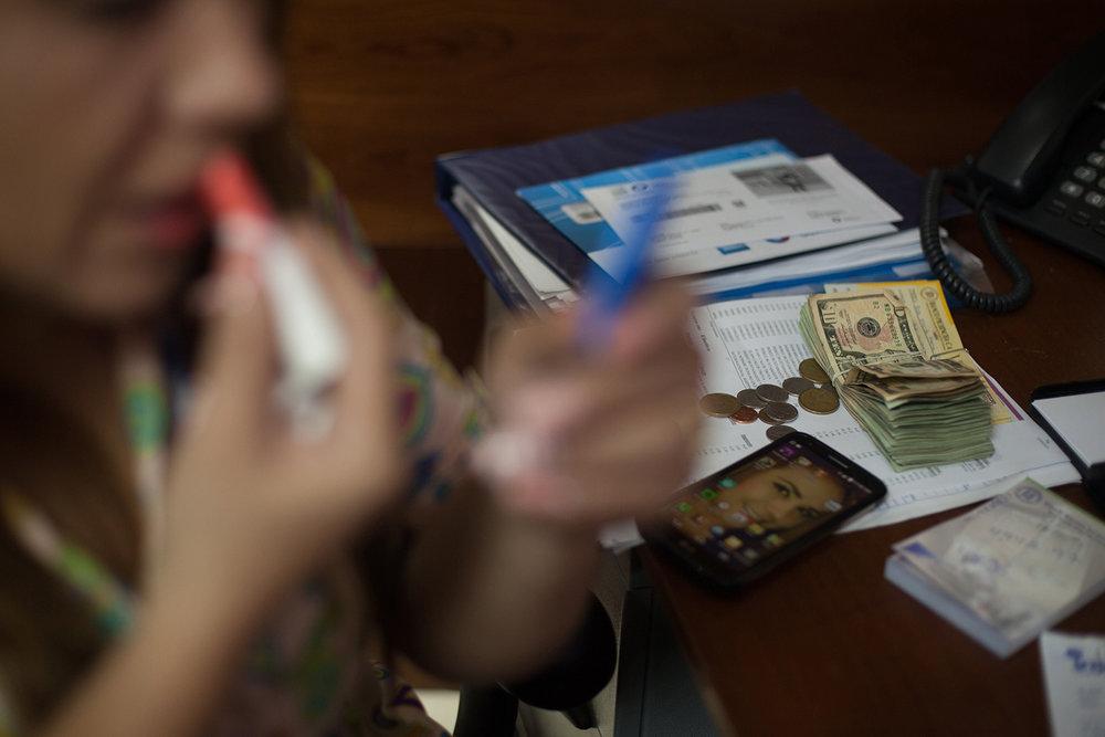La funcionaria de una notaria del norte de Quito se da un tiempo durante su jornada laboral para maquillarse.