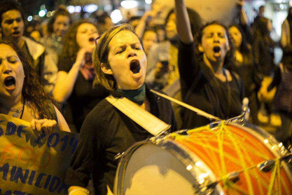 Las asistentes usaron música y percusión carnavalesca que incluyó tambores y matracas para avanzar sus causas y llamar la atención a las actividades que se estaban desarrollando afuera de la Fiscalía. Más que música de celebración, los cantos y los instrumentos sirvieron para crear una atmósfera de unión entre hombres y mujeres en la lucha anti machista y anti violencia.