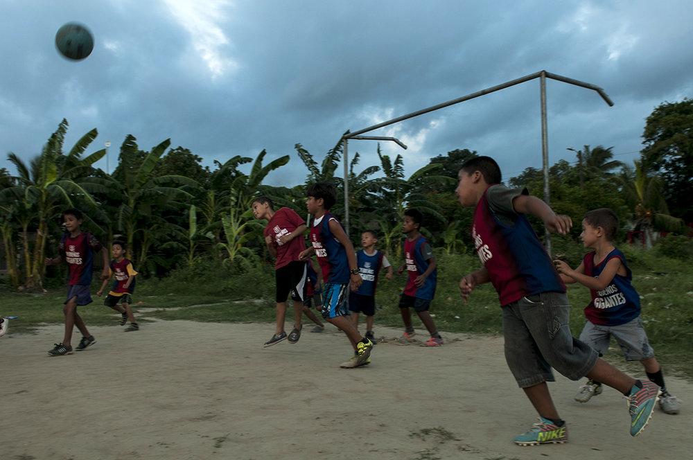 """En un gran descampado aprovechado como cancha de fútbol al final de la colonia Cerrito Lindo, varios niños del equipo """"Pequeños Gigantes"""" entrenan el día previo a un partido."""
