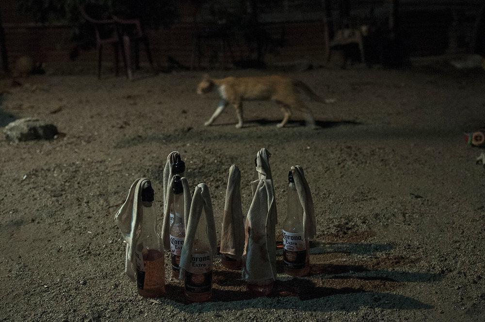 En el patio de Artemis, ocho botellas de cerveza están preparadas desde hace días como cocteles molotov para defenderse de la pandilla Mara Salvatrucha, que quiere dominar su colonia.