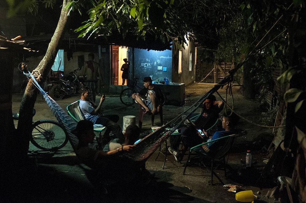 El patio de casa de Artemis sirve como lugar de reuniones para el grupo de ex pandilleros de distintas pandillas y jóvenes que nunca han estado en pandillas, algunos sicarios. En la casa, esconden sus armas, se emborrachan y juegan al fútbol.