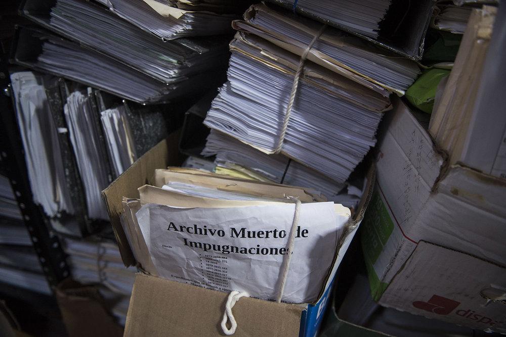Una de las cajas amontonadas en el archivo del Instituto de la Defensa Pública Penal con los archivos de impugnaciones. En el Instituto indican que no pueden aplicar la perspectiva de género en el 90% de los casos porque las acusadas no les hablan.
