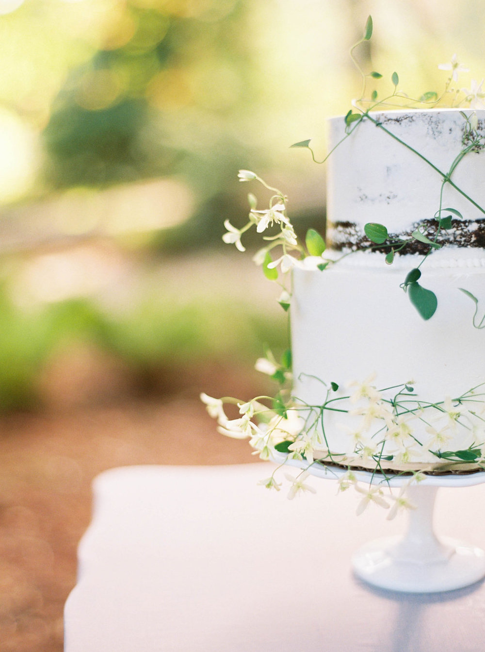 Wedding Wise, Seattle Wedding Planner | 2017 Pantone Color of the Year, Greenery | Sarah Carpenter Photography | Nearly naked cake with vines