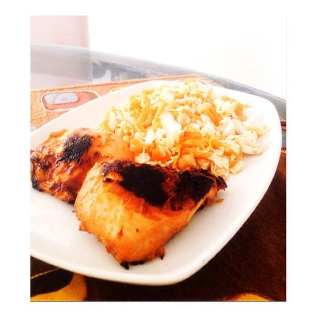 Mango Coco chicken and Asian salad. Este plato va así 📝 Una pechuga de pollo Sal kosher Pimienta Perejil Salsa gourmet de mango y coco Medio Repollo chino 1 zanahoria Almendra en slices Garbanzo  Lima Tamari Sauce  En un ziploc coloquen la pechuga de pollo, la sal, pimienta, perejil y la salsa de mango y coco. Mezclen y dejen en la refri por 1 hora. Mientras tanto vayan calentando el horno. Luego de cumplirse la hora colocar el pollo por 45 mins y esperar. En un bowl coloquen el repollo chino picado, la zanahoria rayada, los garbanzos y las almendras. En un bowl más pequeño mezclen el jugo de lima con la salsa tamari. Revuelvan y usen como dressing. #kochef