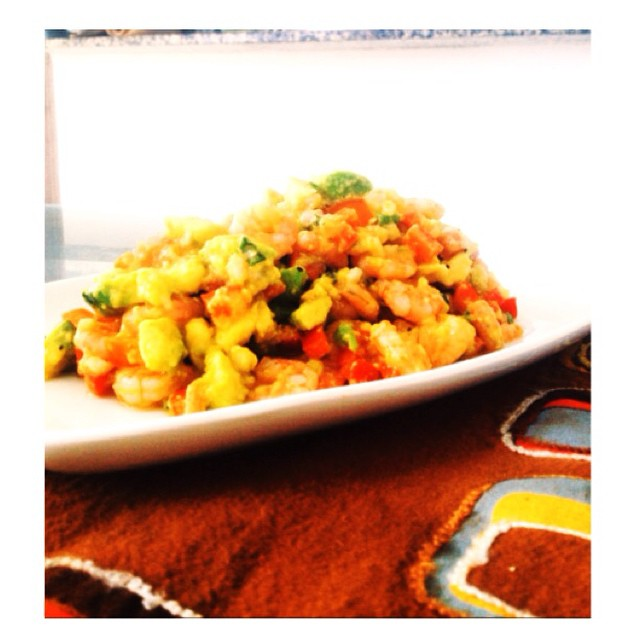 Carnaval de sabores y colores con este plato que les dejo acá. Avocado & shrimp salad.  Para esto necesitan 📝 1lb de camarones Medio aguacate Medio pimentón rojo Un chalote Medio tomate Cilantro  2 limones Sriracha  Sal kosher Pimienta negra Aceite de oliva  Coloquen los camarones en una olla con agua caliente y déjenlos hirviendo un rato. Piquen el chalote, el pimentón rojo y el tomate. En un bowl coloquen el chalote en cuadritos, agreguen el jugo de limón, aceite oliva y la sriracha. Mezclen y dejen en la refri por 5 mins. En otro bowl coloquen el aguacate, los pimentones y tomates picados junto a los camarones. Agreguen un poco de sal y pimienta mezclen y luego echan el jugo que quedo marinando en la refri y listo a servir. #kochef