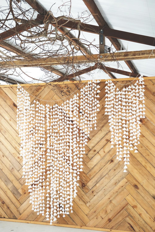 打開窗門,隨著風吹搖曳,氣質的懸吊在木背板前。