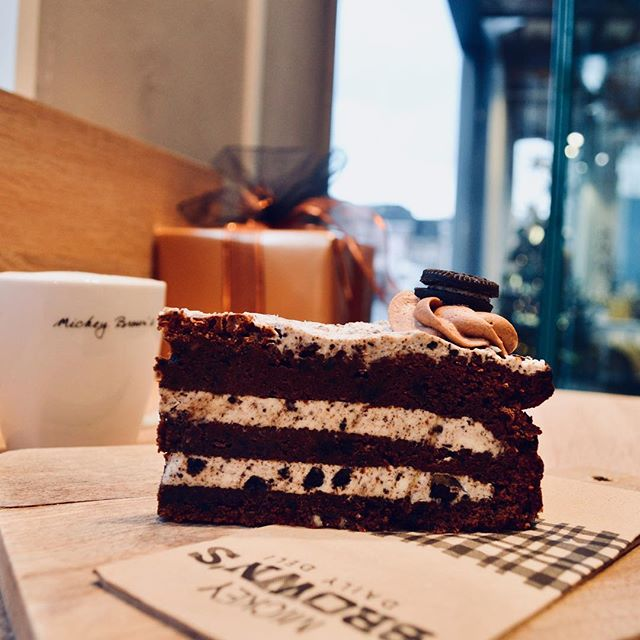 Any @oreo fans here? Then you should definitely get our irresistible oreo cake 🍰🤤 #oreo #cake #dessert #lunch #maastricht #treatyoself #coffee #cappuccino #irresistible