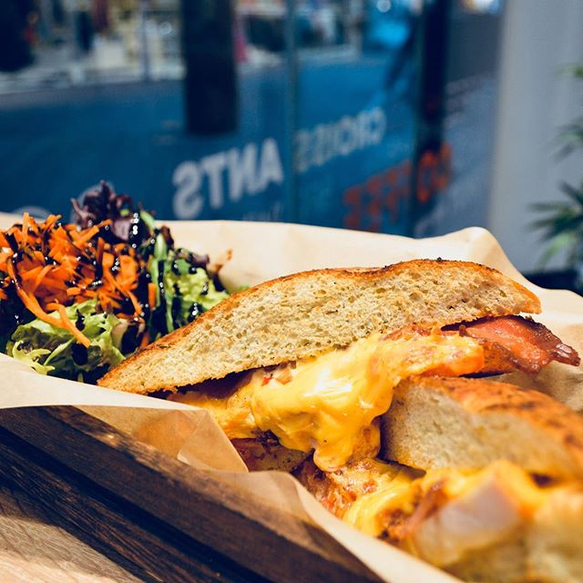 Melted cheddar, crispy bacon, spicy chicken: that's our spicy club focaccia 🤤 #focaccia #club #chicken #cheddar #bacon #lunch #maastricht