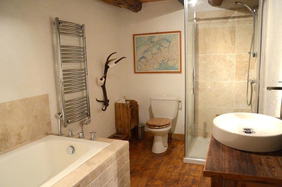Lazy-Labrador-Chalet-Bathroom2.jpg