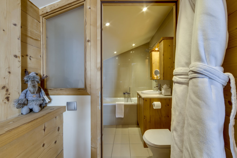 12.Main bedroom ensuite bathroom (1).jpg