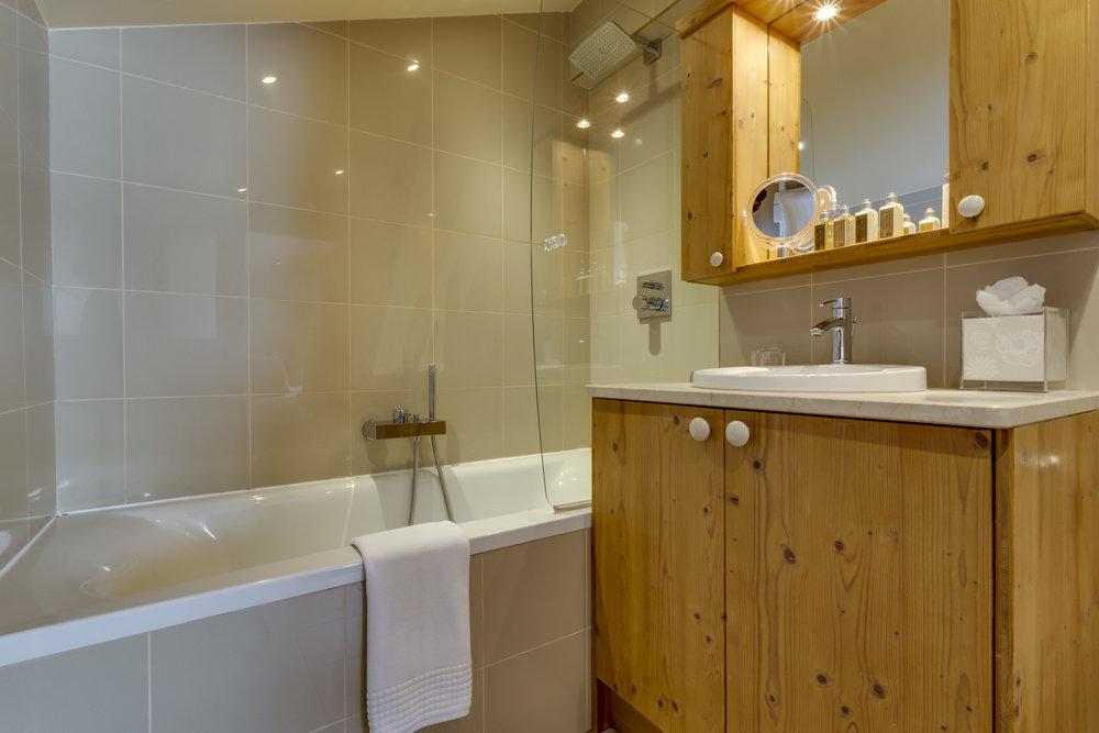 13.Main bedroom ensuite bathroom (2).jpg
