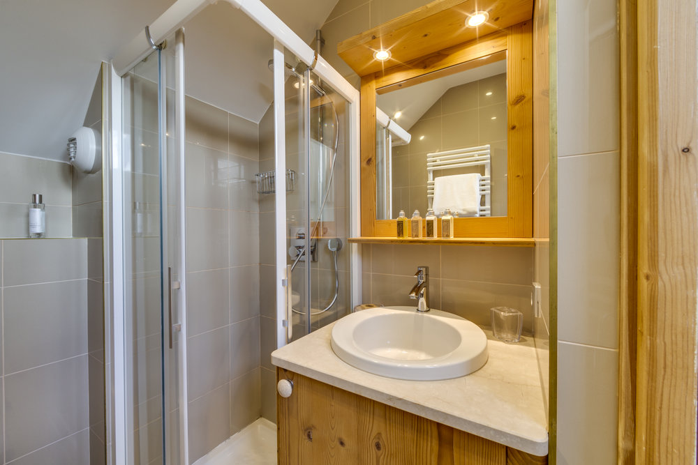 19. Second bathroom with shower (3).jpg