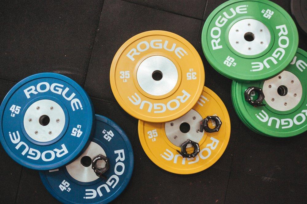 Weightlifting Training - Diferente do que a grande maioria deve imaginar, um treino de Weightlifting não segue o mesmo padrão que os movimentos de LPO quando passados dentro de uma aula de CrossFit.No novo Box, teremos um centro de treinamento exclusivo para o levantamento de peso Olímpico que contará com Coaches experientes acompanhando o seu treino diariamente. Dessa forma você terá correções constantes para melhorar seu Snatch e seu C&J. Também serão oferecidas aulas de iniciação em horários variados para quem ainda não conhece a modalidade.