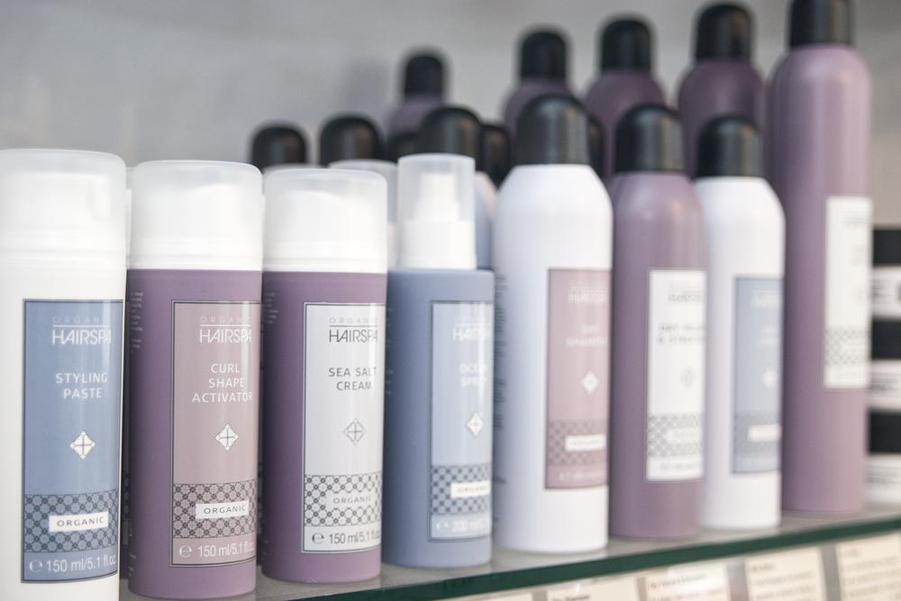 Vi har en grøn profil og tilbyder derfor også et bredt udvalg af økologiske hårpleje- og stylingprodukter.