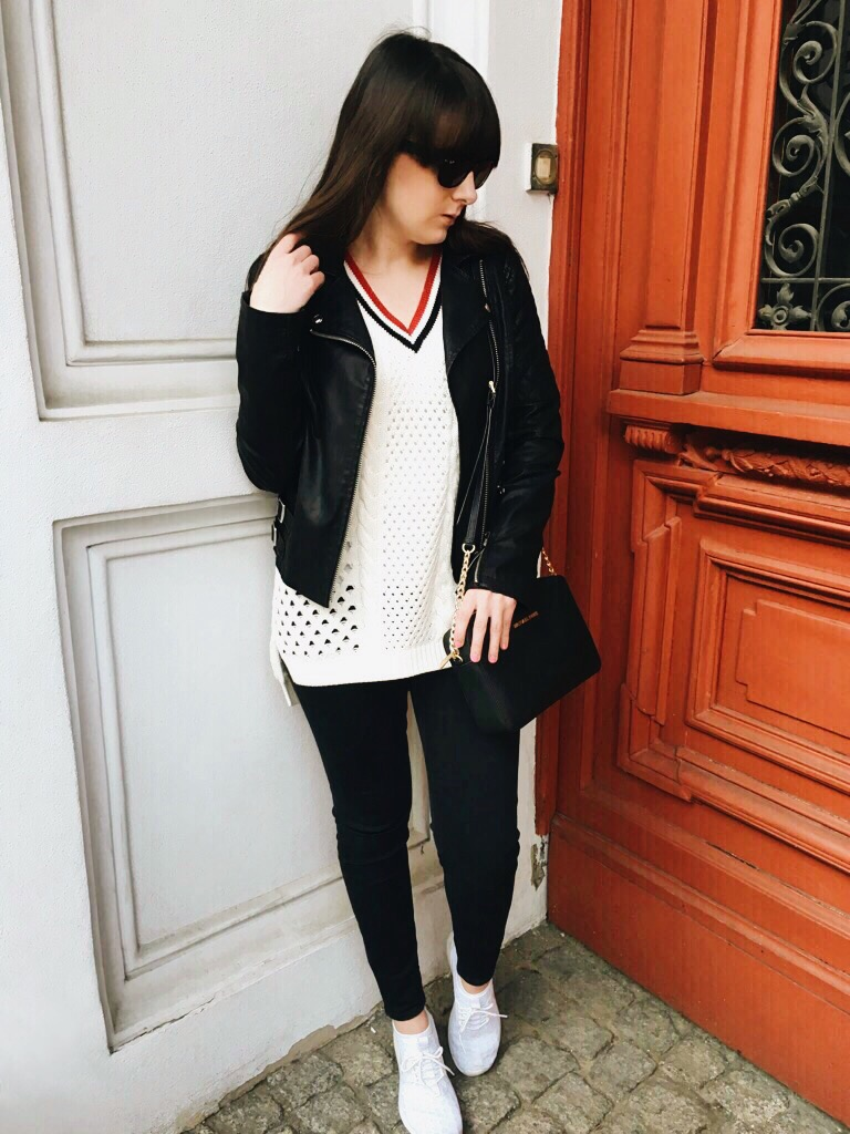 Wearing: Topshop leather jacket, v-neck jumper, jeans / Michael Kors bag / Ray-Ban sunglasses / Nike Juvenate sneakers