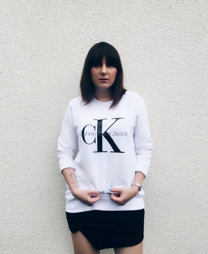 Wearing: Calvin Klein sweatshirt / Topshop skirt / DKNY watch / Pandora ring /Adidas Stan Smith sneakers