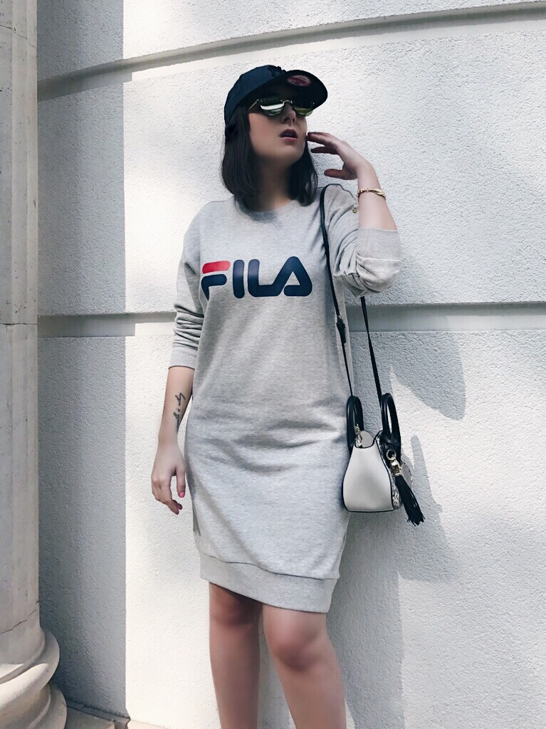 Wearing: FILA sweatshirt / Roberto Cavalli bag / Vans Old Skool trainers / Emma & Chloé bracelet / New Era cap / Le Specs sunglasses