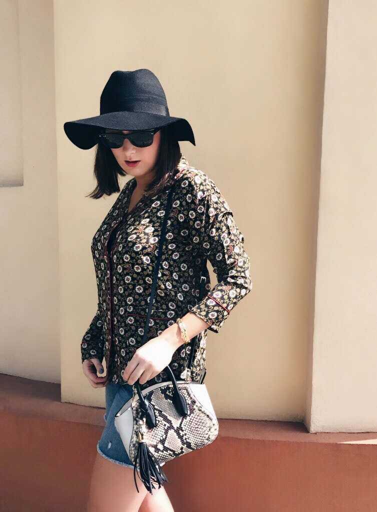 Wearing: The Kooples top / Levi's shorts / Roberto Cavalli bag / Ray-Ban sunglasses / Topshop hat / Emma & Chloé bracelet