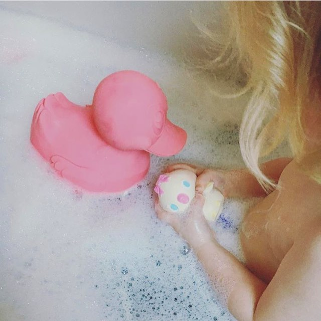 XL duck & Lolita the Bird for today's bath time please! 🐤🐥💦🛁 both made from 100% natural rubber from trees, ecofriendly, biodegradable & hand painted with alimentary colors! ♻️ Could this plan sound any better? 😏 #bubblesbubbles #bathfun #lolitathebird
