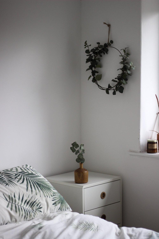 Scandinavian inspired bedroom, simple bedroom, relaxing bedroom, white bedroom