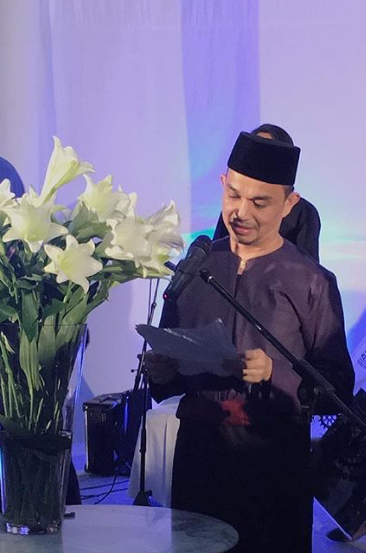 Dato'  Farid reciting a birthday prayer in honor of Tengku Puan Pahang's recent birthday!  Photo taken by Mohd Hatta Ismail.