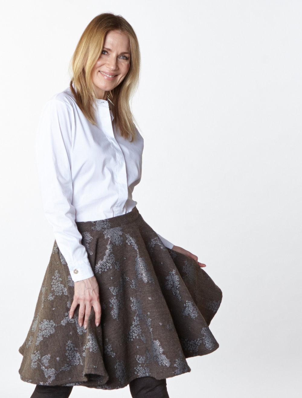 Wilson Shirt in White Stretch Poplin, Dansa Skirt in Taupe/Silver Ready for Bruges, Legging in Chocolate Italian Melange