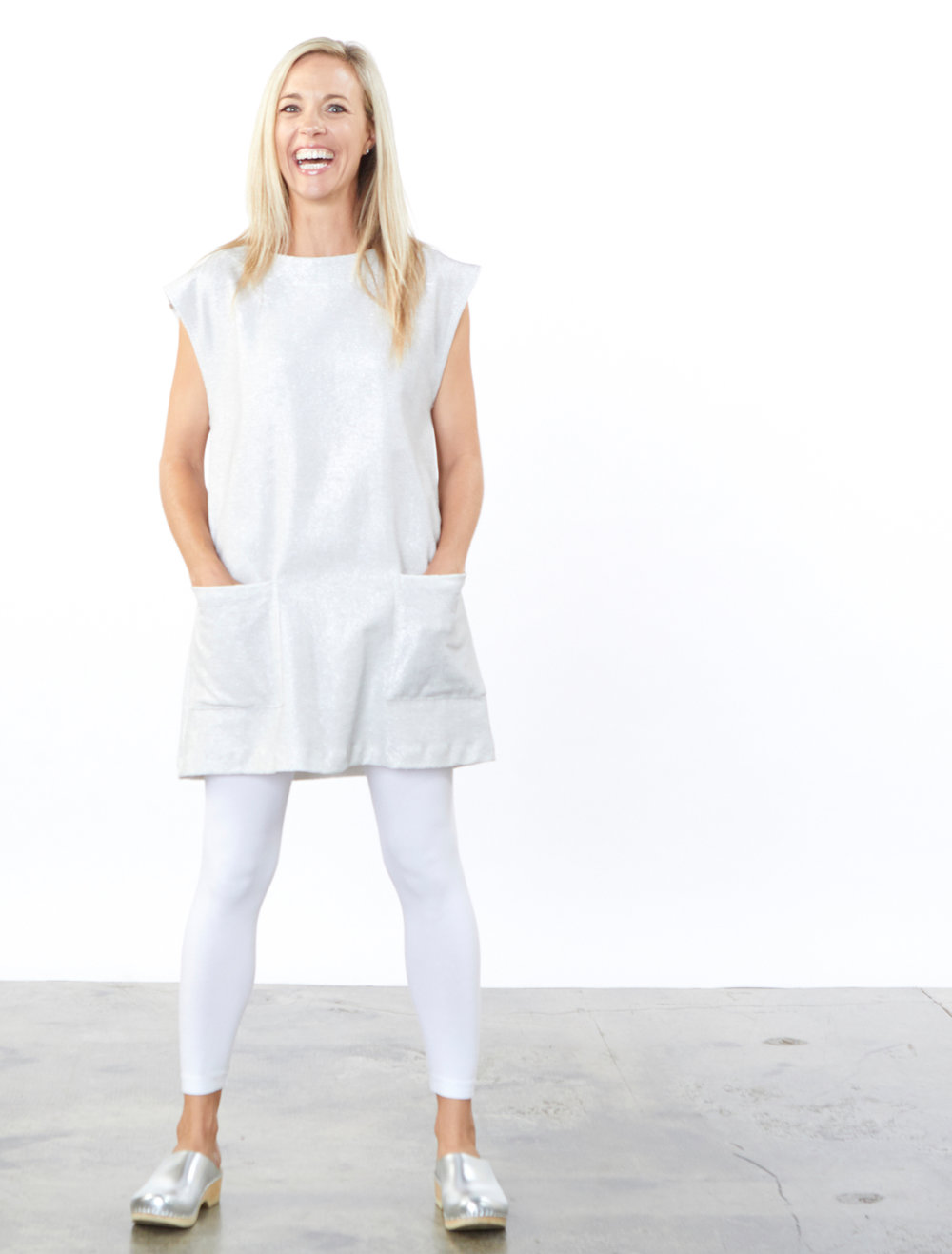 Clyde Tunic in Silver Ready for Newport Beach, Legging in White Bamboo Cotton