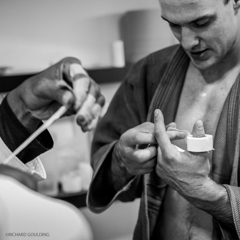 James Austin, GB Judoka tapes fingers, Dartford 2011 ©RichardGoulding.