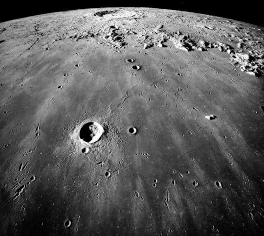 La Luna tiene cola y la Tierra pasa a través de ella cada mes.