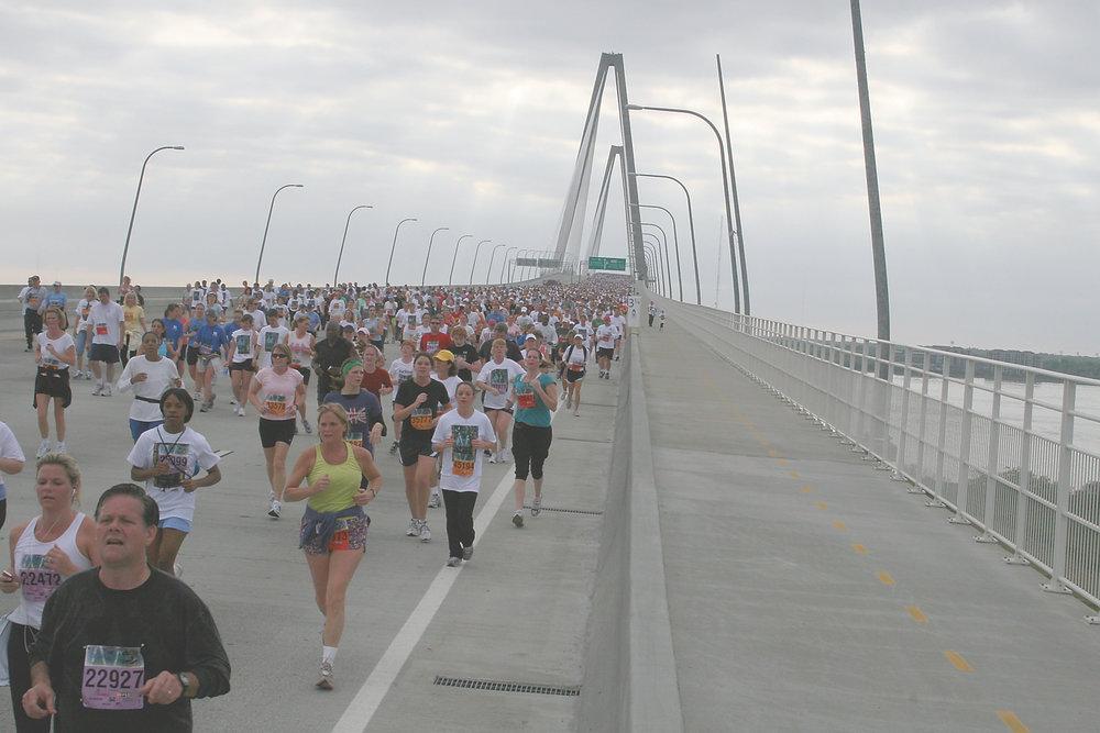Cooper River Bridge Run (https://commons.wikimedia.org/wiki/File%3AUSMC-03621.jpg)