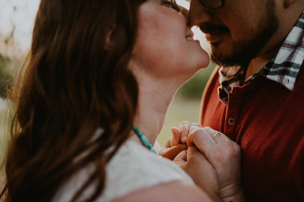 Engagement_kiss_wedding_photographer_alfred_tang