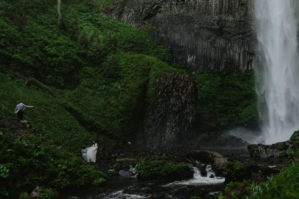 Bride-Groom-Chasing-Waterfalls-Oreong-Wedding-Photographer