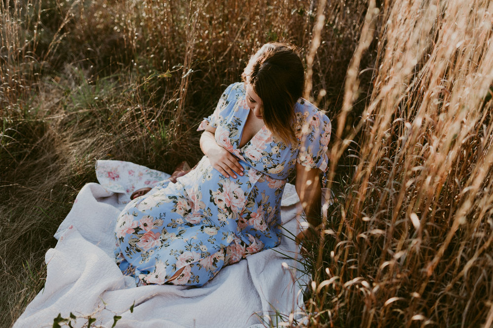 rustic-intimate-tall-grass-motherhood-maternity-session-kerlyn-van-gelder-photography-corpus-christi-photographer