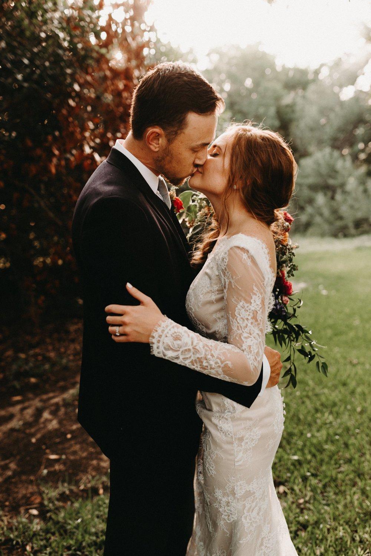 cottages-on-mill-creek-vintage-bohemian-floral-greenery-lakeside-intimate-houston-wedding-kerlyn-van-gelder-photography-wedding-photographer