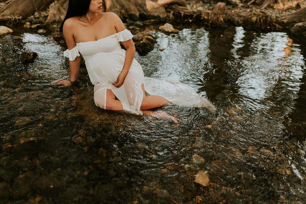 cibolo-creek-intimate-maternity-session-golden-sunset-fall-san-antonio-photographer-kerlyn-van-gelder-photography