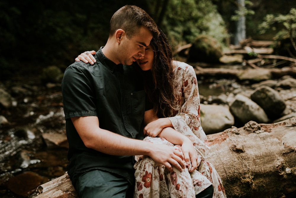 adventurous-greenery-waterfall-intimate-boho-engagement-session-at-wiesendanger-falls-on-the-columbia-river-gorge-portland-oregon-wedding-photographer