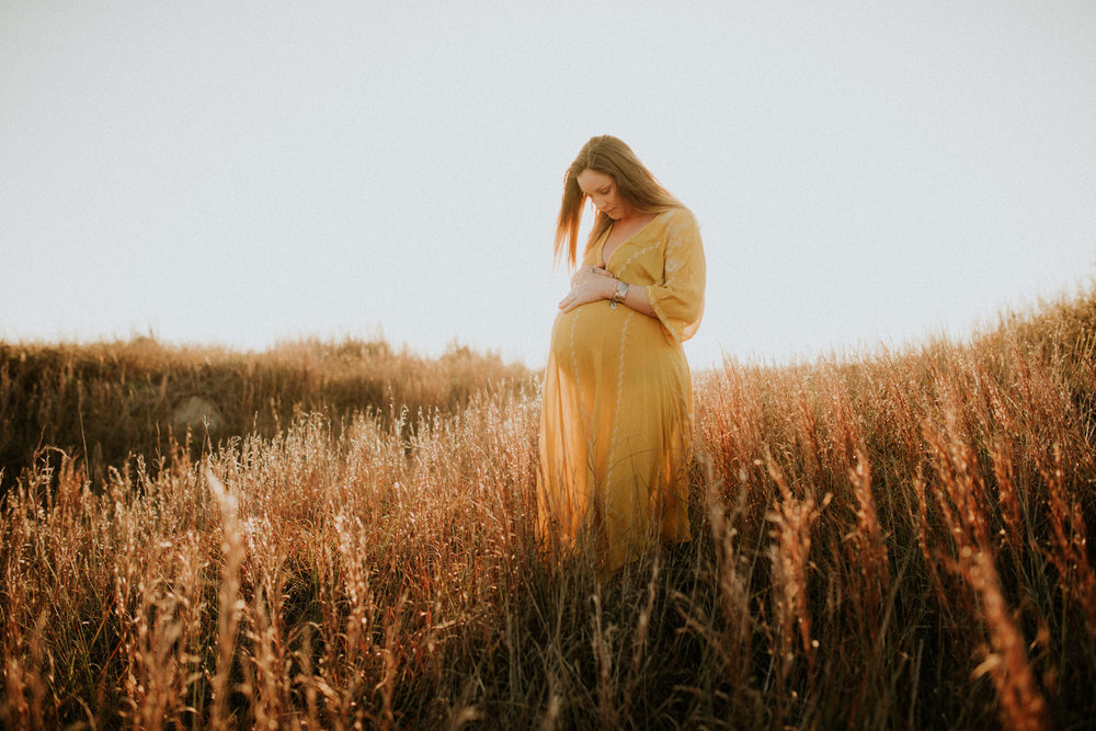 sunny-sunset-grassy-intimate-boho-maternity-session-kerlyn-van-gelder-photography-corpus-christi-photographer