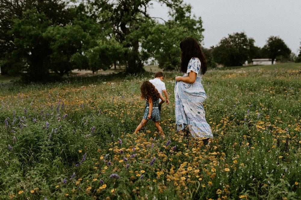 bohemian-forest-trail-flower-wildflower-fields-bluebonnets-fillyboo-maternity-session-goliad-state-park-texas-photographer-kerlyn-van-gelder-photography