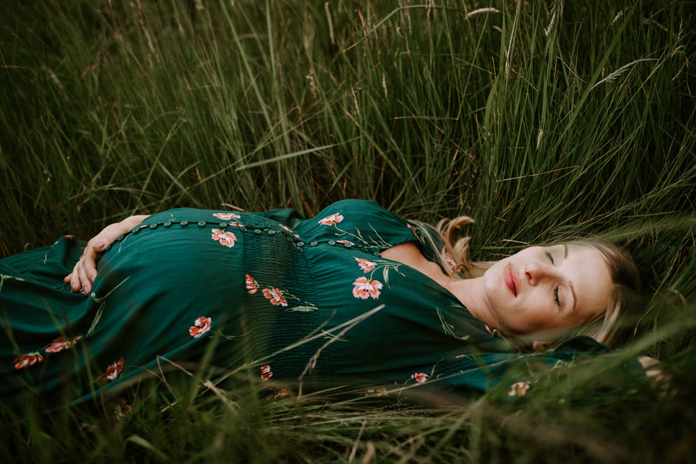 intimate-emotive-forest-maternity-session-skamania-stone-house-columbia-river-gorge-gree-free-people-dress-portland-maternity-photographer-kerlyn-van-gelder-photography