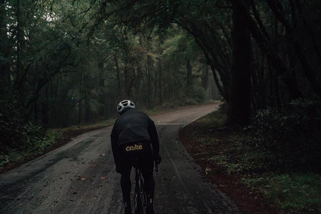 Flash back to #RIDERhouse SF with @fatcakekit crew showing us all the weather Mount Tam has to offer. One of those days most people were miserable but I couldn't help but smile to try and lift their spirits. @elielcycling @alliedcycleworks #madehere #craftedincalifornia . . . . . , . . . . #cyclist #cycling #strava #stravacycling #stravaphoto #bikesf #bike #baaw #eliel #elielcycling #mttamalpais #roadslikethese