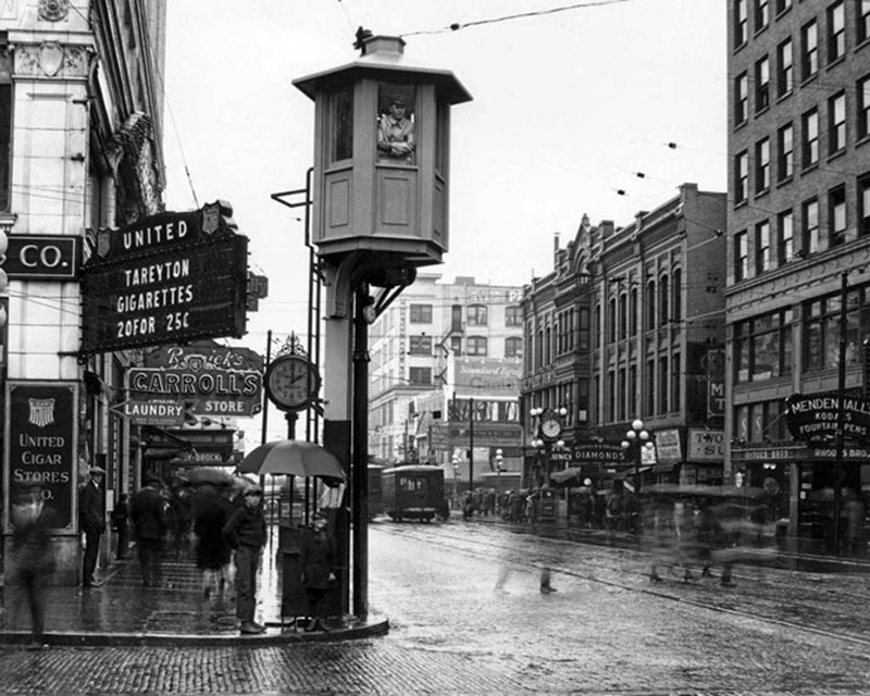 Seattle traffic tower at 4th and Pike in 1925