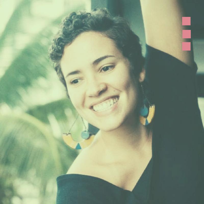Mayara Castro - Jornalista e locutora de formação,desde que o diploma caiu e a internet explodiu se dedica àprodução de conteúdo online.Em 2014,abandonou as grandes marcas para atender pequenos empreendedores.Sua principal contribuição éencorajá-los a tirarem as ideias do papel e usarem a internet como ferramenta de autoconhecimento,autodescoberta e autoexpressão.#SerVistaeLembrada