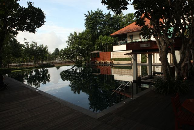Hotel Chaing Mai pool.jpg