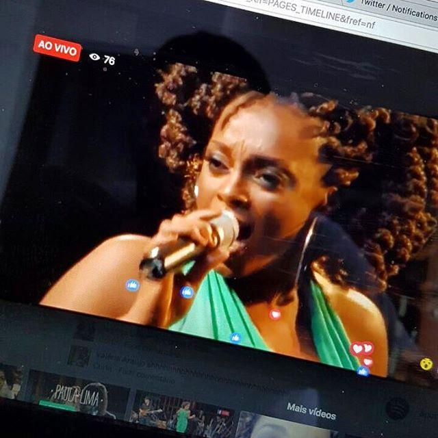 Estou AO VIVO com os Bacanérrimos, assistindo a reprise do DVD SAMBA CHIC, lá no fb.com/plimaoficial ❤️ Veeeenham vocês também! Tá uma delícia!  #PaulaLimaAOVIVO