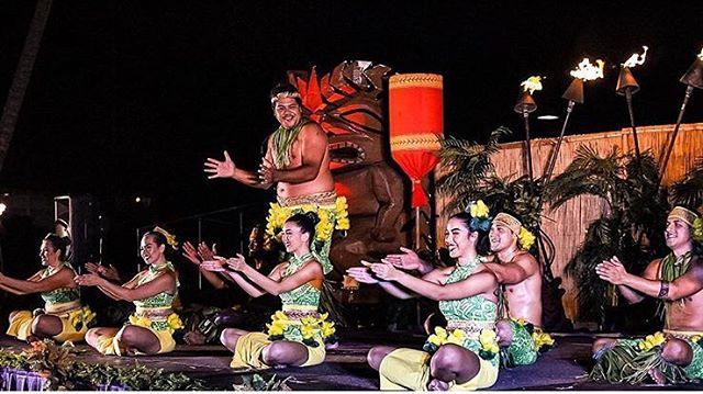 If you're happy and you know it...👏🏽👏🏽 • It's Thursday that means LUAU day! Watch us Sasa our way into the weekend. The Sasa is a type of Samoan dance where the rhythm is kept by clapping or by hand motions. 👀 Watch our dancers perform a high energy and complex Sasa! 📷 @pohaikauai #kauai #auliiluau #luau #poipu #sheraton #sheratonkauai