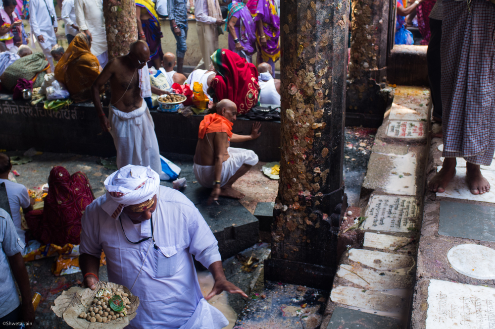 A pilgrim carrying food to be offered in 'Pind Daan' rituals at Vishnupath Temple. The food offered is in the form of round balls made of rice, wheat, sesame seeds along with other offerings like betel leaves, flowers and fruits. The temple is considered to be one of the most pious sites for this ritual. Gaya, Bihar, India. 2015