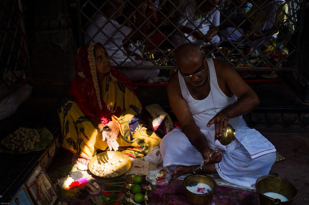 A couple preparing for 'Pind Daan' ritual at Vishnupath temple. Gaya. Bihar, India. 2015